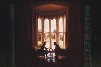 窓辺に向き合い座る2人の人物シルエット 02265014472| 写真素材・ストックフォト・画像・イラスト素材|アマナイメージズ