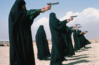 黒い民族衣装を着た女性たちの射撃訓練 イラン 02265014487| 写真素材・ストックフォト・画像・イラスト素材|アマナイメージズ