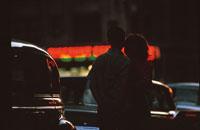 夜の町並みとカップルのシルエット