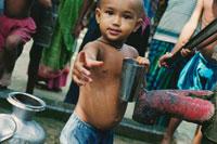 ヒ素で汚染された水と男の子 バングラデシュ 02265014561| 写真素材・ストックフォト・画像・イラスト素材|アマナイメージズ