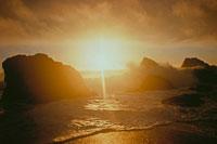 雲の隙間からさす太陽の光(オレンジ色) 02265015181| 写真素材・ストックフォト・画像・イラスト素材|アマナイメージズ