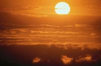 太陽と雲(オレンジ色) ハワイ 02265015193| 写真素材・ストックフォト・画像・イラスト素材|アマナイメージズ