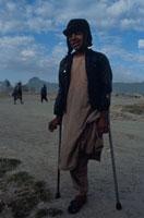 片足で立つ外国人男性 1995年  アフガニスタン