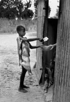 カードを見せて食糧をもらう子供 1991年 スーダン