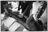 子供の身長を測る看護師 1995年 タンザニア
