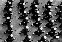 上から見た銃を持って行進する兵たち  1965年 ロンドン