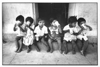 ドアの前に並んでミルクを飲む孤児たち 1981年 インド