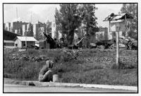 庭で洗濯している女性 1975年 カンボジア