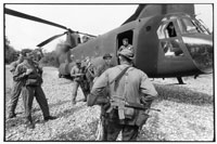 着陸しているヘリコプターと米兵 1987年 ホンジュラス