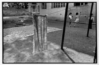 干された汚れの付いた布と遊ぶ子供たち 1993年 アルメニア