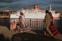 客船とフラメンコの衣装の3人の男女 セビリヤ スペイン 02265017530| 写真素材・ストックフォト・画像・イラスト素材|アマナイメージズ