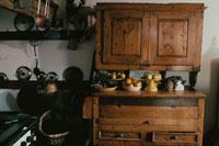 キッチンの食器棚に置かれた果物