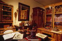 机と本棚や鏡のある室内