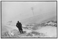 吹雪の道を歩く兵士たち アルバニア 1994年