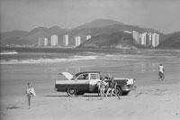 車の側で日光浴するカップル サンパウロ ブラジル 1960年