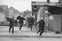 北アイルランド紛争 盾を持って走る兵たち 1971年