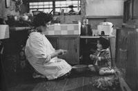 台所で下ごしらえする和服女性と娘 東京近郊  1961年