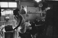 洗濯する日本人女性と娘 東京近郊  1961年