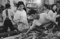 買い物する日本人女性と娘 東京近郊  1961年