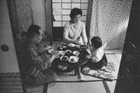 食事する日本人家族 東京近郊  1961年