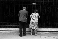 猫を探す夫婦の後ろ姿  パリ フランス 02265023315  写真素材・ストックフォト・画像・イラスト素材 アマナイメージズ
