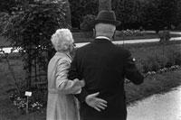 腕を組む人物の後ろ姿  パリ5区 フランス 02265023391  写真素材・ストックフォト・画像・イラスト素材 アマナイメージズ