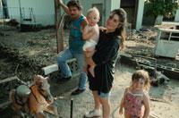 洪水に見舞われた家の清掃をする家族 アメリカ中西部 02265023786| 写真素材・ストックフォト・画像・イラスト素材|アマナイメージズ