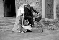 自転車に乗るカップル トリエステ イタリア