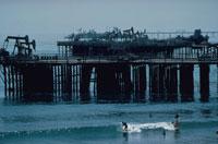油田のそばのサーファー カリフォルニア州 アメリカ