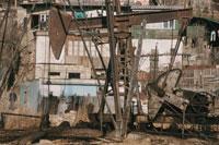 油田に囲まれた貧民街の民家 アゼルバイジャン