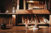 アポリネールの部屋の本棚と机