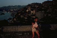 赤ちゃんを抱く子供 成都 四川省 中国 02265026347| 写真素材・ストックフォト・画像・イラスト素材|アマナイメージズ