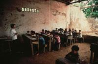 戦争で破壊された学校での授業 ベトナム