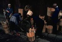 桶を見ている人々 中国 02265032786| 写真素材・ストックフォト・画像・イラスト素材|アマナイメージズ