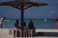 撮影するカップルと日影でくつろぐ人達   アンティグア
