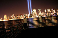 9.11同時多発テロ追悼の光とカップル 02265034035| 写真素材・ストックフォト・画像・イラスト素材|アマナイメージズ