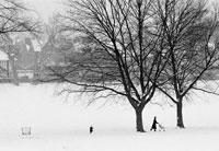 雪の中 乳母車を押して歩く母と子供