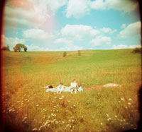 Couple enjoying the sun in a meadow 02265036120| 写真素材・ストックフォト・画像・イラスト素材|アマナイメージズ