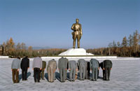 金日成の像に礼をする人々 1982年