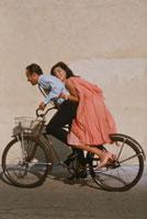 自転車に乗る60年代のカップル 02265036599| 写真素材・ストックフォト・画像・イラスト素材|アマナイメージズ