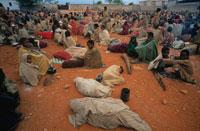 食料配給を待つ人達、ソマリア