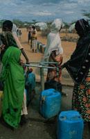 ソマリア難民キャンプで水を待つ人々、ケニア