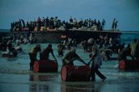 救援物資を陸揚げする人達、ソマリア