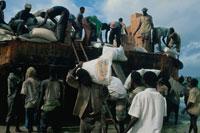 救援物資を運ぶ人達、ソマリア
