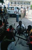 国連の車と武装した民兵達、ソマリア
