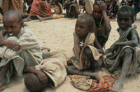 食料配給を待つ子供達、ソマリア