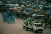 難民キャンプに到着したトラック、ケニア