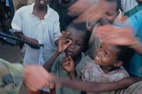 PKO部隊の兵士と会話する子供達、ソマリア