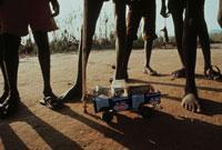 ブリキ製の車で遊ぶ難民の子供達、エチオピア