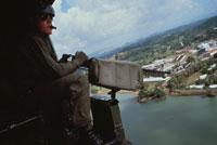 ヘリコプターでパトロールする米兵、パナマ